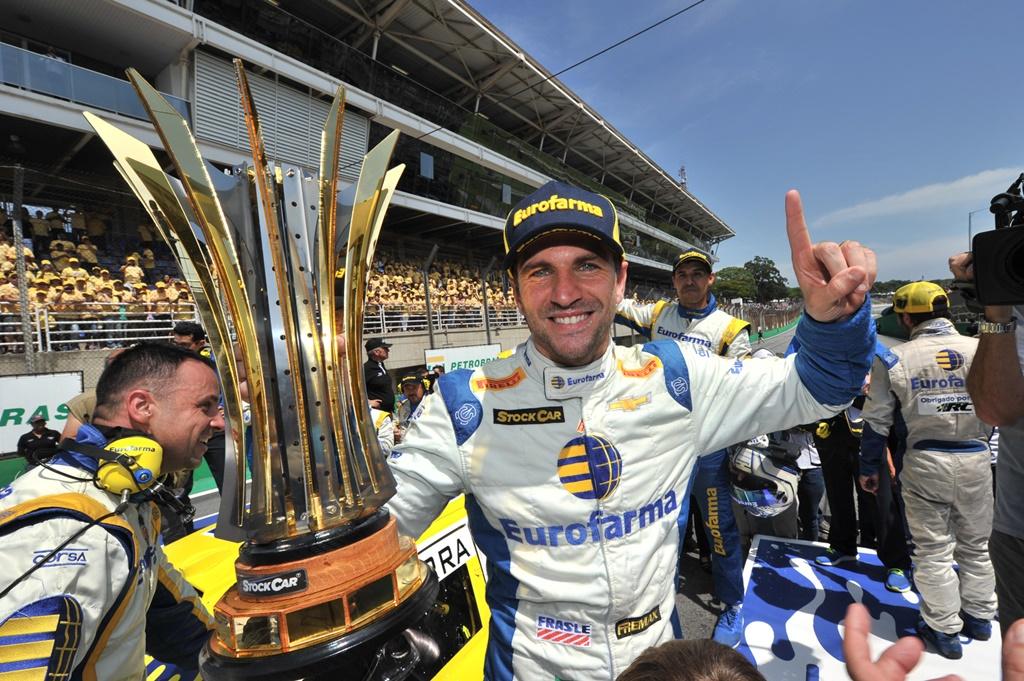 Photo of Stock Car – Daniel Serra é campeão da temporada 2017 e  em pódio dominado pela Eurofarma